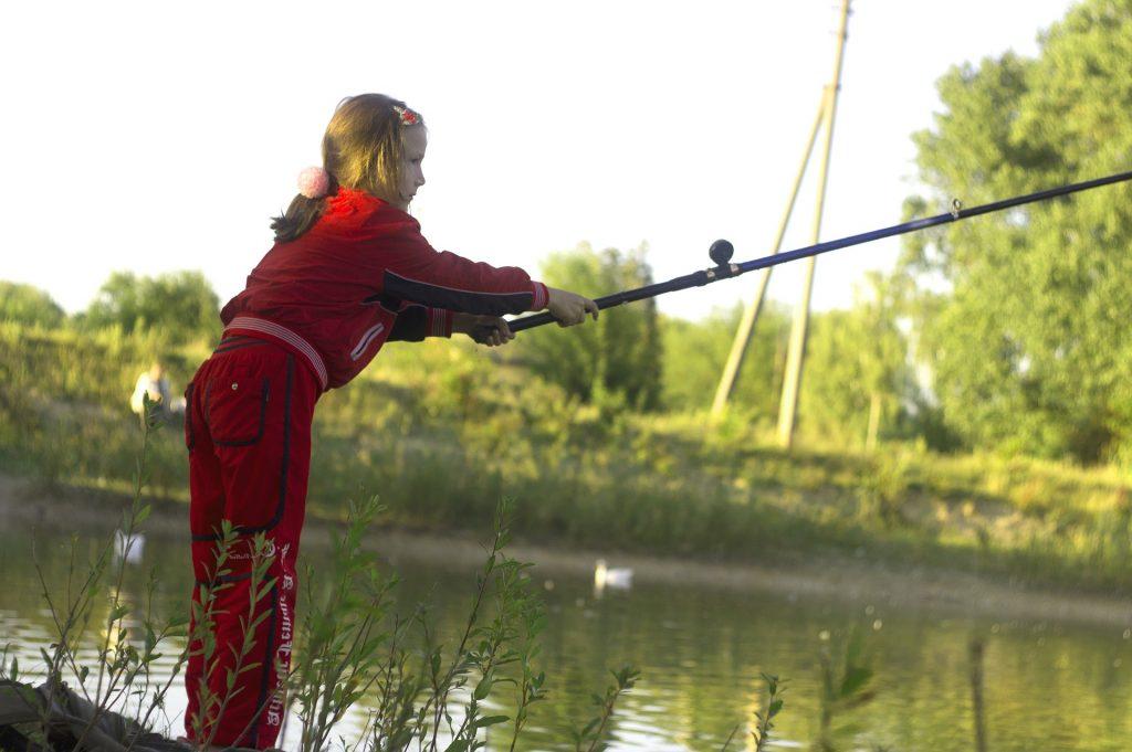 Jeune fille s'entraînant à la pêche - Appâts du nord