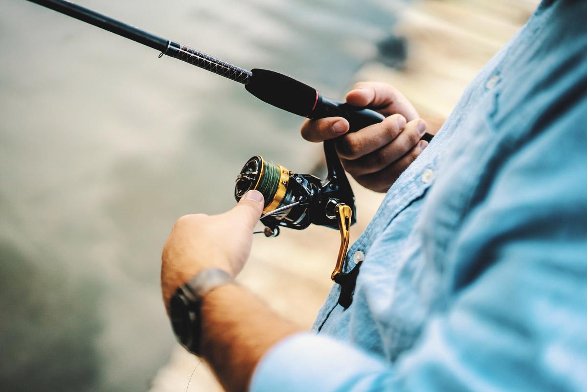 Homme tenant une canne à pêche - Appâts du nord