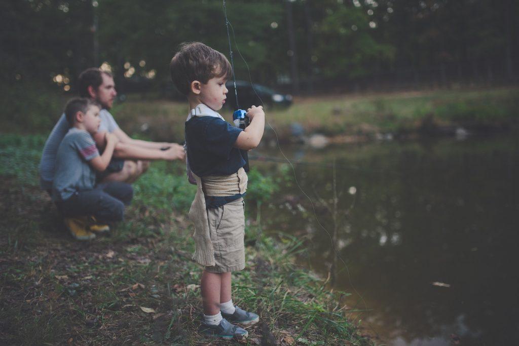 Jeune garçon s'entraînant à la pêche - Appâts du nord